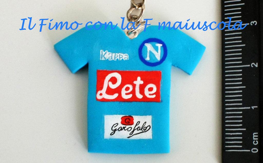Portachiavi maglia calcio Napoli in pasta di fimo e acrilico.