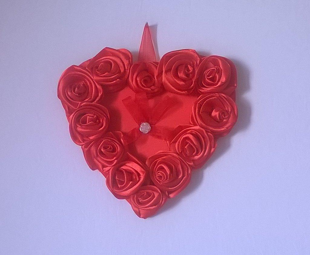 SAN VALENTINO, cuore rosso di raso con rose rosse, cuore di stoffa da appendere