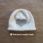 Berretto/cappello neonato/bambino - lana merino - bianco panna e cuore beige ricamato