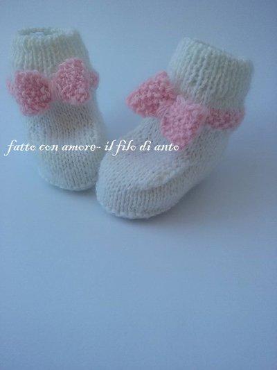 Scarpine stivaletto in lana alpaca bianca con fiocco rosa fatte a mano