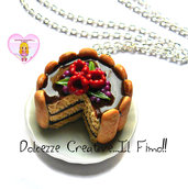 Collana piatto in ceramica e torta al cioccolato con savoiardi e frutti di bosco - handmade
