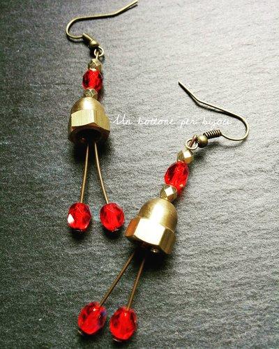 Orecchini con dadi ciechi in ottone e cristalli rosso rubino