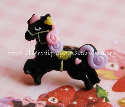 Anello con pony nero