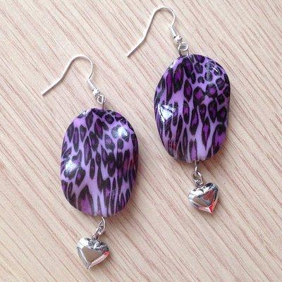 Orecchini pendenti con perle leopardate viola e cuoricini