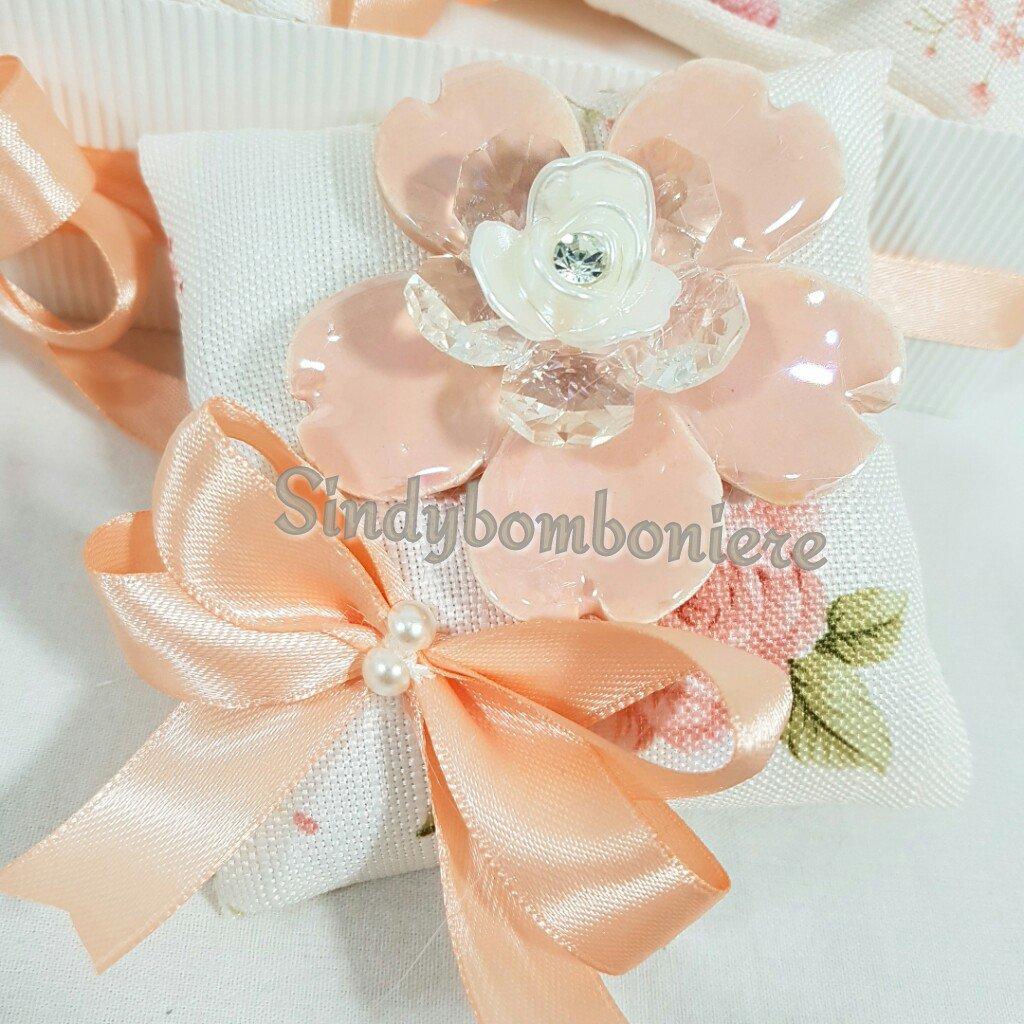 Eleganti ed originali bomboniere fiore ceramica e cristallo su sacchetto portaconfetti