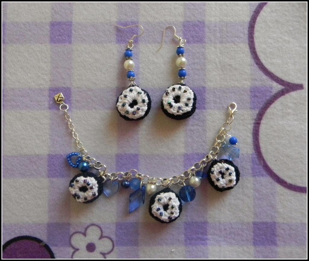 Completo orecchini + bracciale ciambelle blu e bianche in amigurumi + amigurumi + fimo