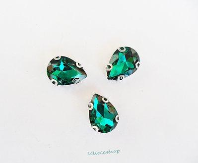 Pietra a goccia in cristallo colore verde smeraldo. Castone in metallo nikel free 1pz