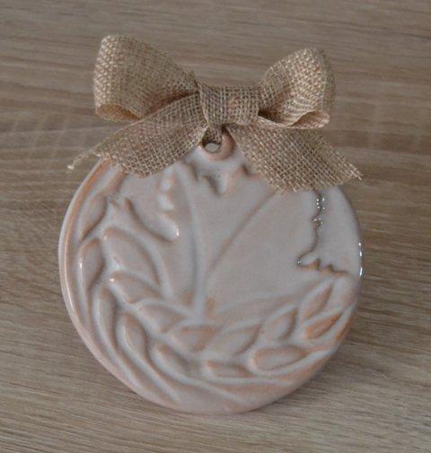 Pendaglio di ceramica per comunione con bassorilievo di vite e spiga, diam. 10 cm. fatto a mano