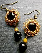 Orecchini con bottoni gioiello vintage in metallo dorato e perline in pasta di vetro nero/giallo scuro opaco