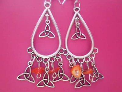 orecchini pendenti con corallo bamboo e triquetre