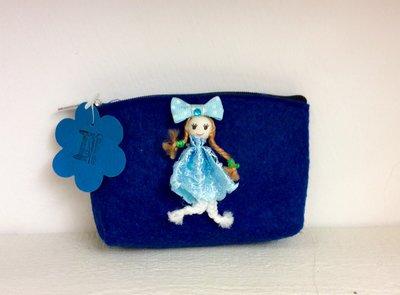 Borsellino blu in feltro con applicata bambolina