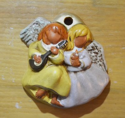 Pendaglio con coppia di angeli in terracotta. dim. 14 x 12 cm Prodotto artigianale