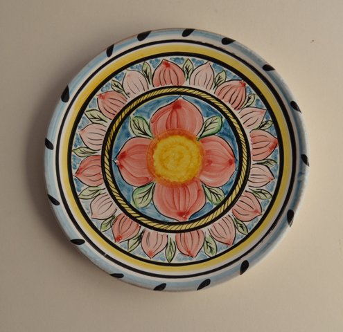 Piatto in ceramica con decoro di fiore diam.17 decorato a mano