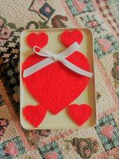 scatolina in latta crema regalo San Valentino contenente un cuore color ambra trasparente braccialetto rigido glitterato e due mollettine con cuoricini rossi