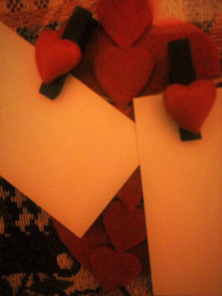 Porta memo per gli innamorati regalo San Valentino con cuori in feltro grandi e piccoli su filo di spago grande e mollettine in legno con cuoricini