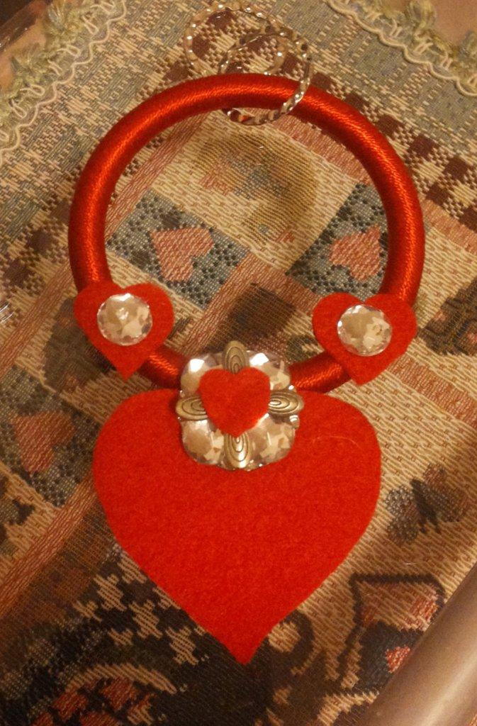 Decorazione da parete La mia civetta idea regalo San Valentino con anello in cotone rosso con applicato piccoli cuori rossi in feltro con strass e motivo ciondolo centrale con cuore grande feltro e bottone di strass
