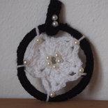 CIONDOLO in lana.Uncinetto nero e bianco con glitter argento e applicazione di perle e mezze perle.Cerchio con fiore.Accessorio donna.Gioiello esclusivo