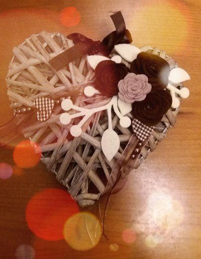 Ghirlanda fuoriporta con cuore in vimini e rose marroni e crema
