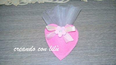 bomboniera completa sacchetto cuore in feltro con fiocchetto e fiorellino in fimo