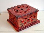 Scatola portagioie rossa di forma quadrata con trafori dim. 15x15 h.9 cm ca. pezzo unico
