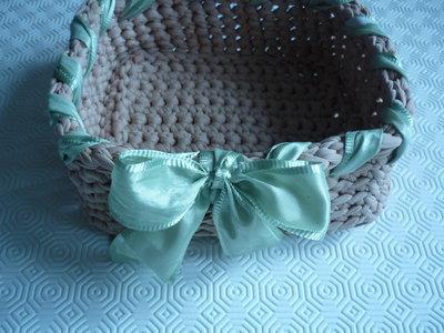 Grande cestino  realizzato  con fettuccia e decorato con nastro intrecciato e fiocco