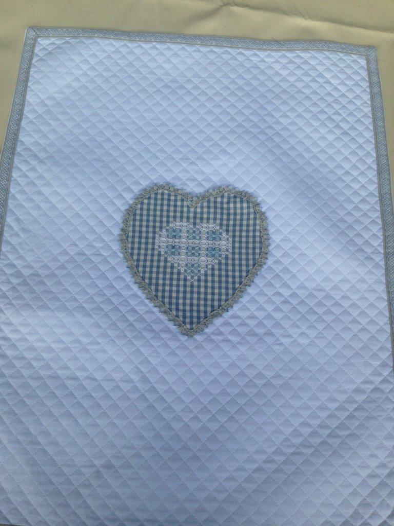 Copertina per culla di piquet trapuntato con cuore azzurro ricamato