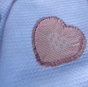 Copertina per culla di piquet mille righe con grande cuore rosa ricamato
