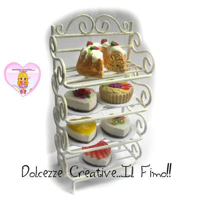 Miniature in scala - Mobiletto in ferro shabby - scala 1:12  con cheesecake, torta, crostata, ciambellone