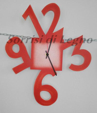Orologio in legno con numeri grandi tonalità rosso