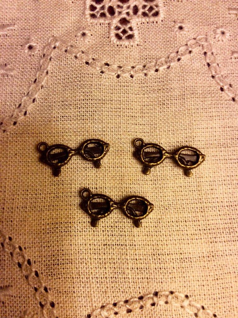 Ciondolo a forma di occhiali color bronzo antico