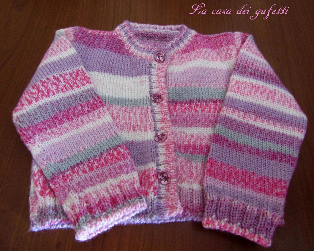 Giacchina  realizzata a mano con pura lana variegata in varie tonalità di rosa, grigio, e bianco
