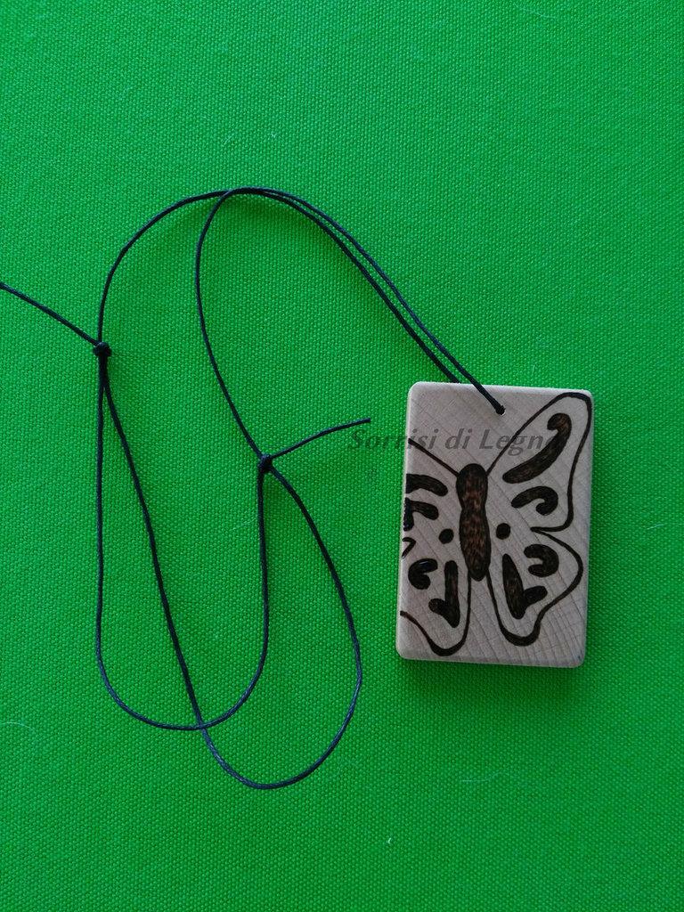 Ciondolo per collana in legno soggetto farfalla