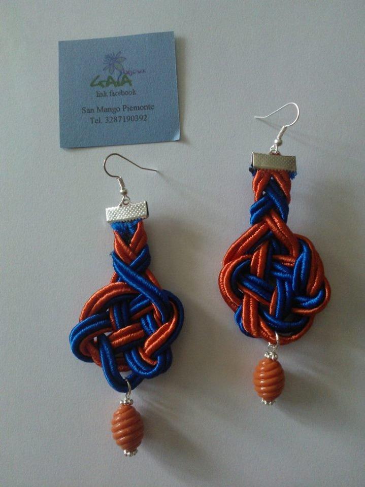 Orecchini con passamaneria intrecciata arancione e blu, pendente arancione