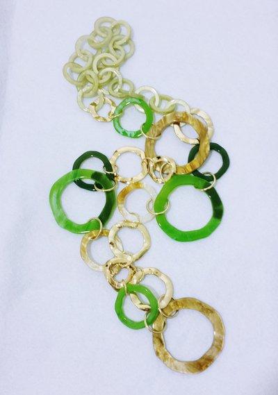 Collana lunga a cerchi irregolari acrilici e metallo ottonato battuto: Verde in cerchio