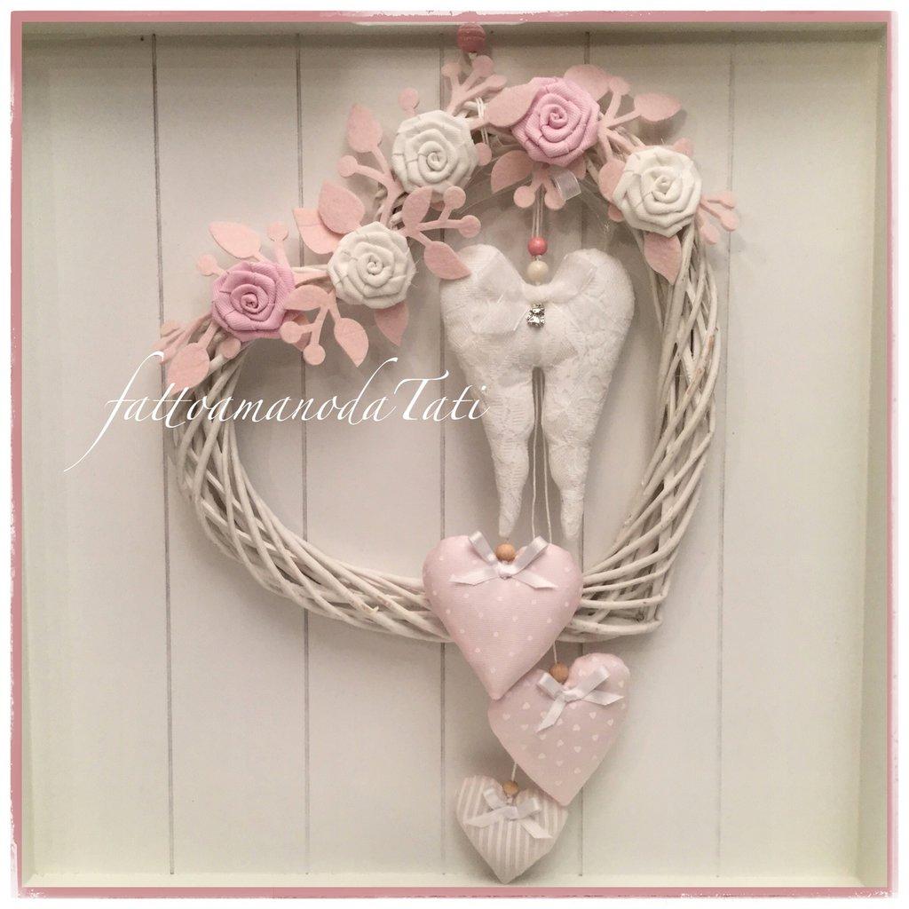 Cuore/fiocco nascita in vimini con roselline,ali d'angelo e cuori sui toni rosa/bianchi