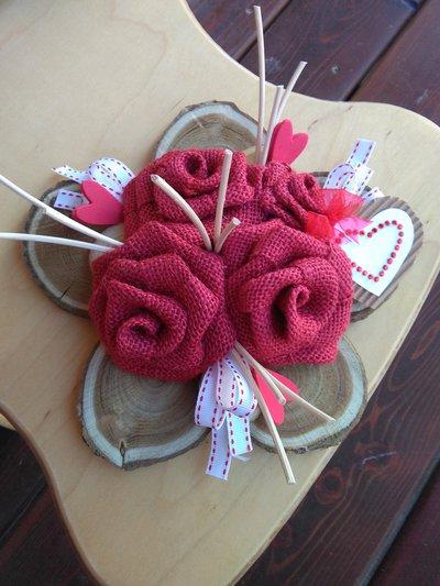 Fiore in legno con rose rosse