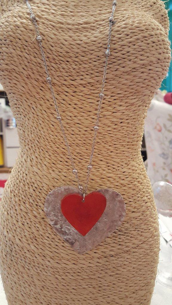 Collana lunga in acciaio con cuore pendente in alluminio e cuore in plexiglass