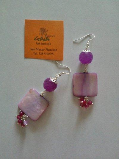 Orecchini con agata fucsia e madreperla quadrata viola chiaro