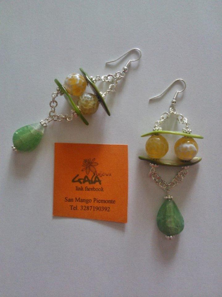 Orecchini con madreperle verdi con palline in agata di fuoco gialla, goccia in agata crackle verde