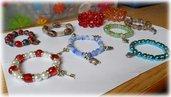 Bracciali elasticizzati con perle e ciondoli in metallo argentato