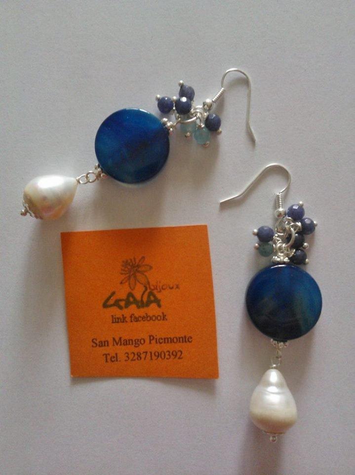 Orecchini con grappolino in giada grigio-blu e azzurra, piatta in agata blu e perla a goccia pendente