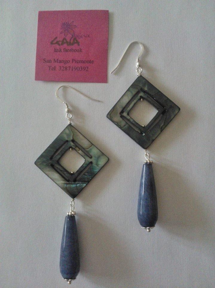 Orecchini con rombo in madreperla grigia, goccia in giada grigio-blu, monachella in argento