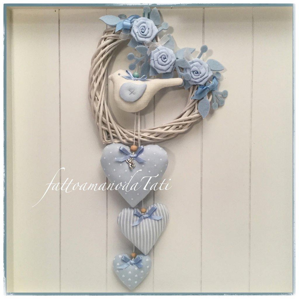 Cuore/fiocco nascita in vimini con roselline ,uccellino e cuori sui toni del bianco ed azzurro