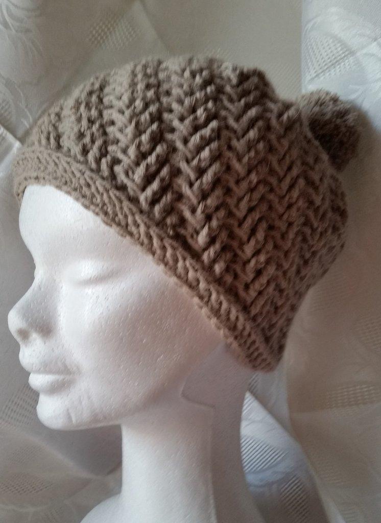Berretto di lana fatto all'uncinetto color mocaccino