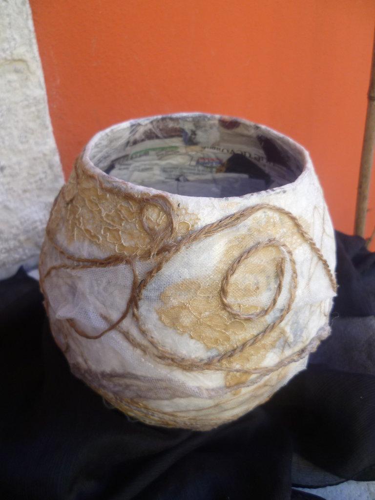 vaso creato col riciclo carta,pezzo unico