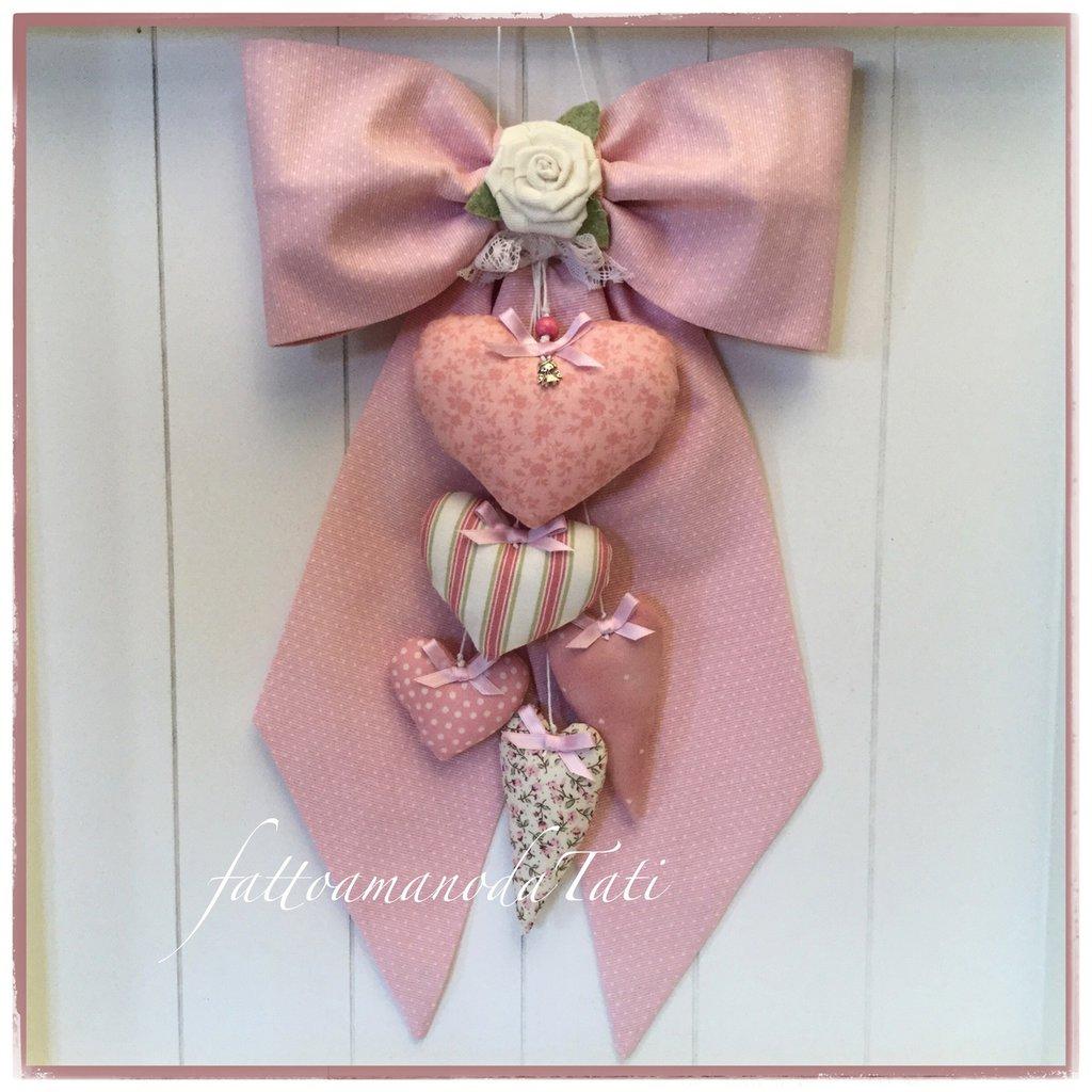Fiocco nascita in cotone rosa a piccoli pois con rosa bianca e cinque cuori fantasia