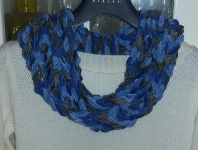 Sciarpa collana realizzata ad uncinetto multicolore