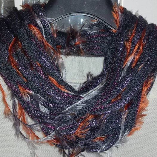Sciarpa collana  scaldacollo handmade con piuma regalo donna