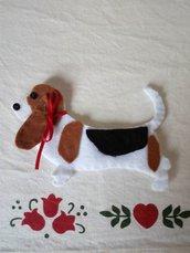 SPILLA in feltro.CANE,Basset hound.Feltro nero,nocciola,bianco.Paillettes,fiocco rosso.Accessorio,gioiello donna.