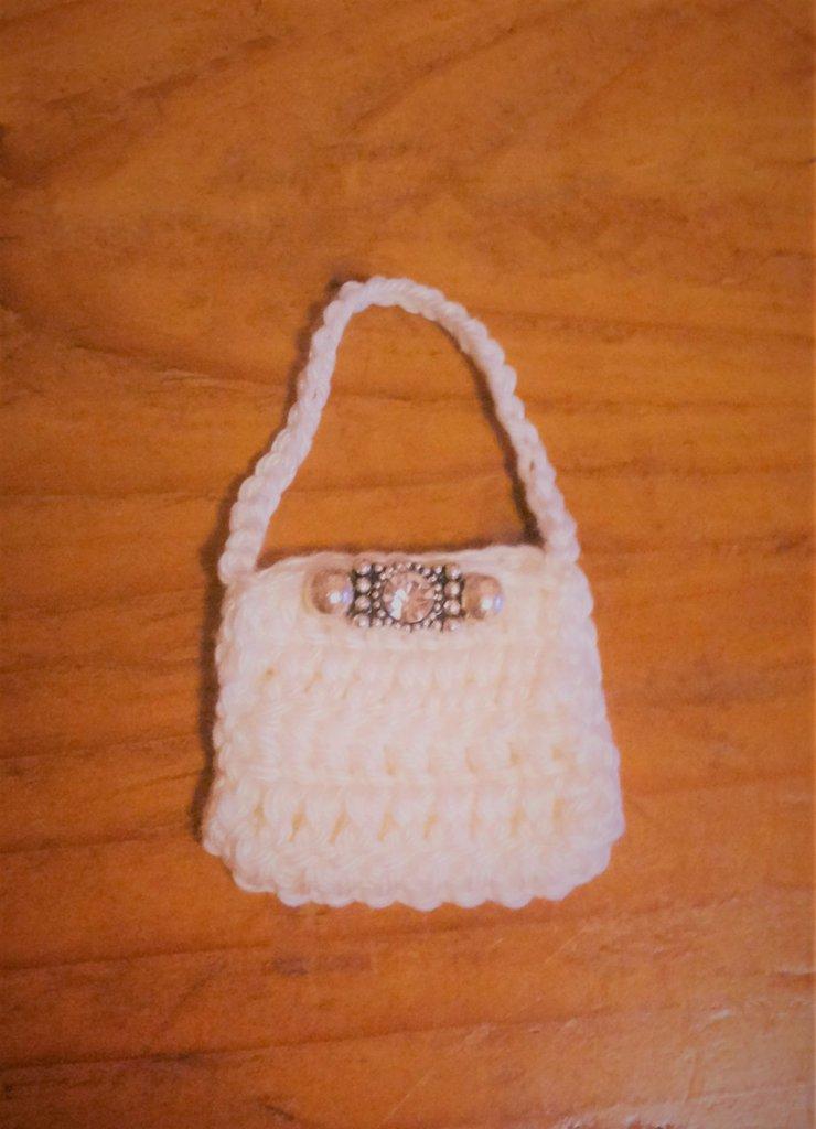 Borsetta tracolla bianca ad uncinetto con fermaglino-gioiello parte della serie delle 8 mini bags per decorazione o bomboniera